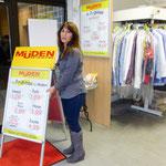 Müden Reinigung GmbH® Filialen, Bilder & Impressionen, Angela vor Poster in GHF
