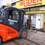 Müden Reinigung GmbH® Filialen, Bilder & Impressionen, Gabelstapler vor Schaufenster