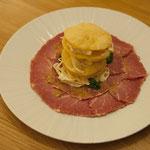 Carpaccio vom Surbraten mit italienischem Brot und Krautsalat