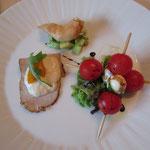 Vorspeisenvariation - Vitello Tonnato, Scampi auf Gurkensalat und Tomaten-Mozzarellaspieß