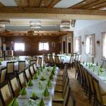 Tischform: Tischreihen und Quadrate gemischt, Geburtstagsfeier mit ca. 70 Personen, Tanzfläche mit DJ vorne
