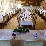 Tischform: Brauttisch quer, Gäste sitzen in langen Reihen, Tanzfläche am Ende