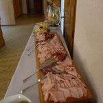 Holzbrett mit Aufschnitt für Brotzeitbuffet