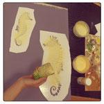 1) клеим трафарет с изображением морского конька на заранее грунтованную и окрашенную поверхность, берём губку и густую акриловую краску, наносим цвета