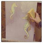 8) штукатурка сохнет около суток. далее берём декоративную краску с эффектом металлик и покрываем всю поверхность растирая влажной губкой