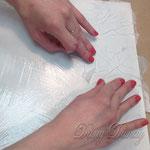 3) Прикладывайте Шлёму поверхности, создавая складки.далее иголочкой проколите воздушные пузырьки