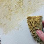 6) фактура сохнет около суток. затем берём золотую краску и втираем её губкой