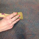 7) Чтобы подчеркнуть рельеф, позолотите его золотым перламутром полусухой кисточкой