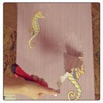 7) снимаем силуэты с рисунков пока штукатурка ещё сырая
