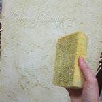 7) пока золотая краска не засохла растираем плоской целлюлозной губкой смоченной в воде