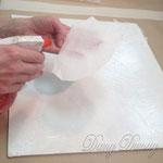 2) Порвите декоративную бумагу Шлёму на небольшие кусочки. Увлажняйте каждый кусочек перед нанесением.