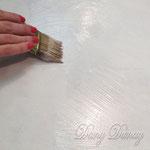 1) кистью нанесите клеящий состав на поверхность