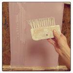 6) делаем полосатую фактуру с помощью жёсткой щётки по сырой штукатурке