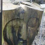 Natourzeiten - Gesicht in Baumstamm geschnitzt