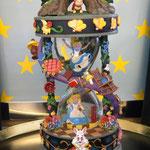"Alice Hourglass  27x13,5cm        1668gr. Licht, Spieluhr:  ""I`m late"""