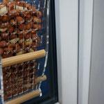 Кормушка для кормления арахисом птиц на окне