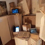 "Foto della video-installazione ""Waiting for Hamlet"", 3 pc, casse, libro del 500, rosa di cemento, spago, Galleria Zamenhof, genn. 2011"