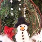 Schneemann im Türkranz