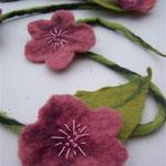 Blumenranke bestickt