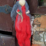rote Elfe mit Rose