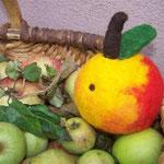 Apfel mit Wurmloch