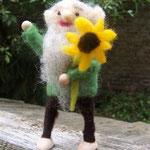 Opa bringt gelbe Blume