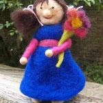 Mädchen bringt Blume