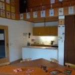 Küche mit Herd, Mikrowelle und Kühlschrank