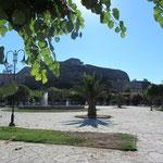 Der Platz Spilias mit Sicht auf die neue Festung