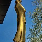 """Eine der vier Abgüsse von Gerhard Marcks (1889-1981) blattvergoldeten Bronzeskulptur """"Fortuna"""" aus dem Jahr 1952, steht in Dortmund vor der Deutsche Bundesbank Filiale Dortmund"""