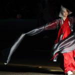 Una bailarina interpreta una danza budista en la calle de Jongno durante el desfile de los faroles, el cual se extendió desde la Universidad de Dongguk hasta Jogyesa, el 11 de mayo (foto: Jeon Han).