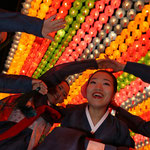 Bajo una decoración de faroles de flor de loto, un grupo de budistas celebra el inminente cumpleaños de Buda en frente a Daewoong-jeon, salón principal del templo de Jogyesa, el 11 de mayo (foto: Jeon Han).