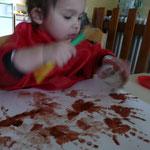 linoa s'entaîne à se peindre les mains et fomer l'abre