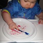 Linoa, 9 mois et demi s'amuse a faire des traces avec du colorant alimentaire