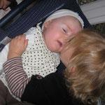 bébé marig était envahie de bisous