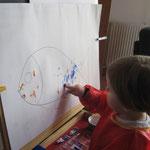 Marig 20 mois,peinture au doigt sur chevalet
