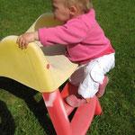 Chloe escalade le toboggan !