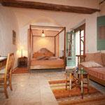 Suite Hadhar:  Au rez-de-chaussée, fenêtres sur patio et sur jardin, grand lit, coin salon avec banquette pouvant servir de lit, douche, accès jardin.