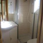 Nassraum mit Dusche und WC