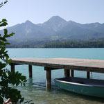 Privatstrand mit Badesteg und Ruderboot