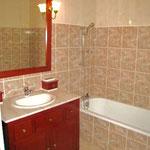 Chambres d'hôtes Le Pré Joli à Cancon - La salle de bains de la chambre vive