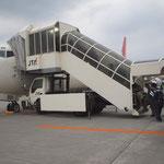 宮古島行きのJTAへ乗り込む那覇空港の状況です。バスからタラップに乗り込むのって、離島へ行くんだという実感が沸いてきます