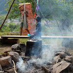 Tee wird gekocht und Werni bereitet die neue Weide für die Ziegen vor