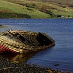 Fischerboot in einer Bucht auf Skye
