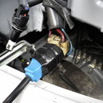 8.H4バルブが取り付けられていたコネクターにLEDドライバのコネクターを差し込み、ビニールテープで固定する