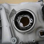 3.純正ヘッドライトユニットの固定用金属クリップを外して、バルブを取り外す