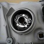 5.H4アタッチメントを純正ヘッドライトユニットに取り付け、金属クリップで固定する