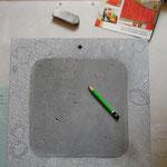 Après avoir éventuellement percé, je dessine au crayon ( ici le tour d'un miroir...)