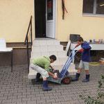 Verschiedene Dinge zwischen den Häusern transportieren