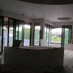 Küche mit Blick auf Esszimmer, Pool und Kanal